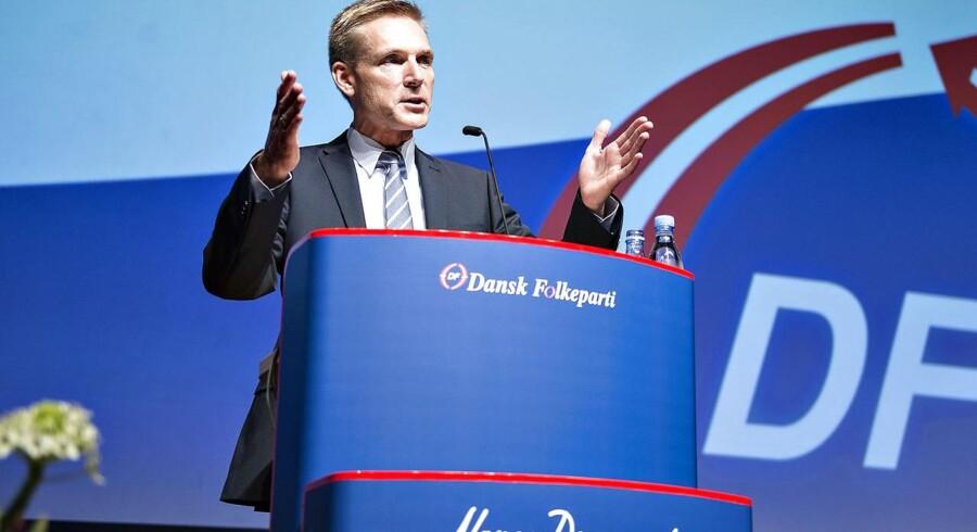 ARKIVFOTO: Partiformand Kristian Thulesen Dahl budt velkommen med stående klapsalver fra de omkring 1000 fremmødte partifæller i messecenter Herning til partiets årsmøde.
