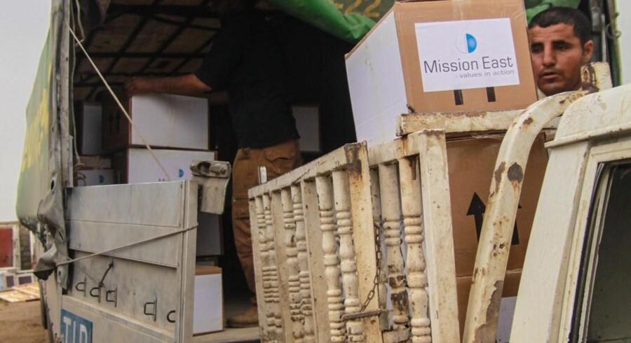 Mission East laster nødhjælp fra en stor lastbil til en lille pickup i udkanten af Mosul. På den måde kan de mere diskret få adgang til den irakiske by, hvor tusinder har brug for hjælp. Free/Mission East Handout