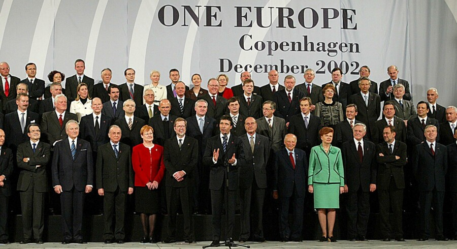 Daværende statsminister Anders Fogh Rasmussen foran regeringsledere fra hele Europa, da østudvidelsen faldt på plads i 2002. Foto: Scanpix