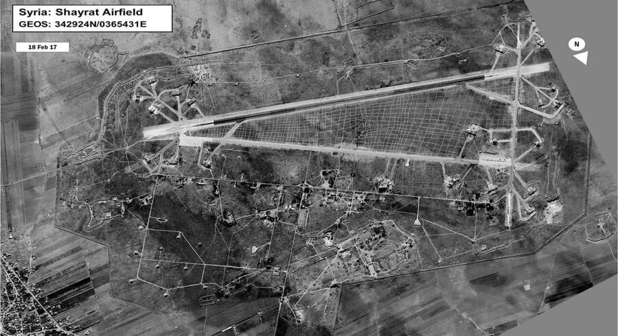 Natten til fredag affyrede USA Tomahawkmissiler mod den syriske luftbase al-Shayrat (billedet). Trumps beslutning bliver mødt med kritik i både Paris og Berlin.