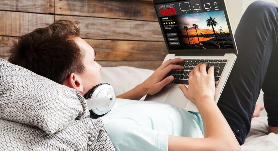 Danskerne bruger mere og mere tid på streaming, og det truer det danske indhold, fordi udenlandske selskaber ikke betaler, når f.eks. en DR-TV-app lægges på smart-TVet. Arkivfoto: Shutterstock/Scanpix