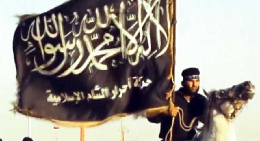 RB PLUS Islamisk Stat taber terræn i både Syrien og Irak- - ARKIVFOTO 2014 af Islamisk Stats flag i Syrien- - Se RB 28/5 2016 16.11. IS vil ligesom al-Qaeda fortsætte angreb mod Vesten, selv om gruppen nedkæmpes i Syrien og Irak, vurderer ekspert. Scanpix