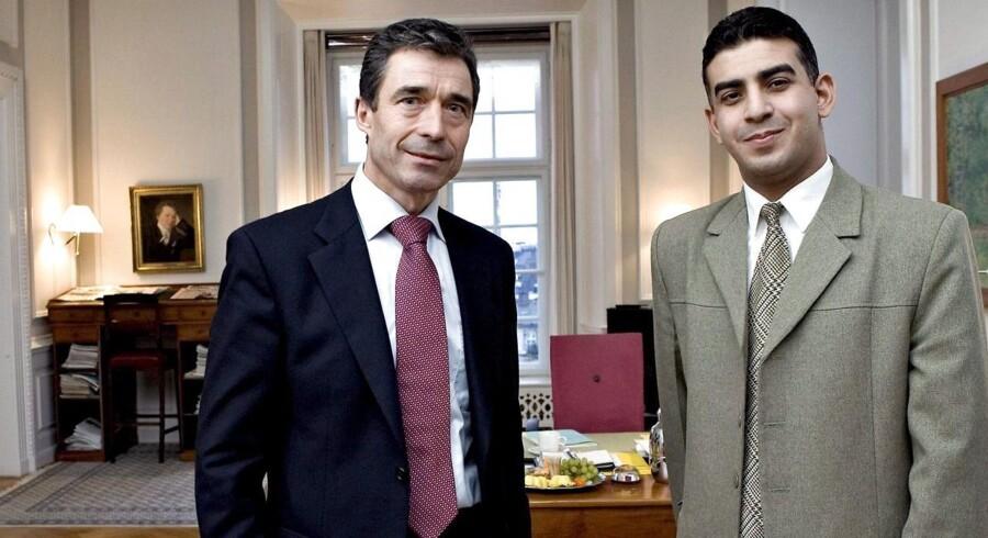 I 2006 blev Anders Fogh Rasmussen interviewet til en arabisk TV-station. Det drejede sig om Muhammed-krisen, men ifølge den daværende statsminister blev interviewet fordrejet. Her står Anders Fogh Rasmussen på sit kontor sammen med den arabiske journalist.