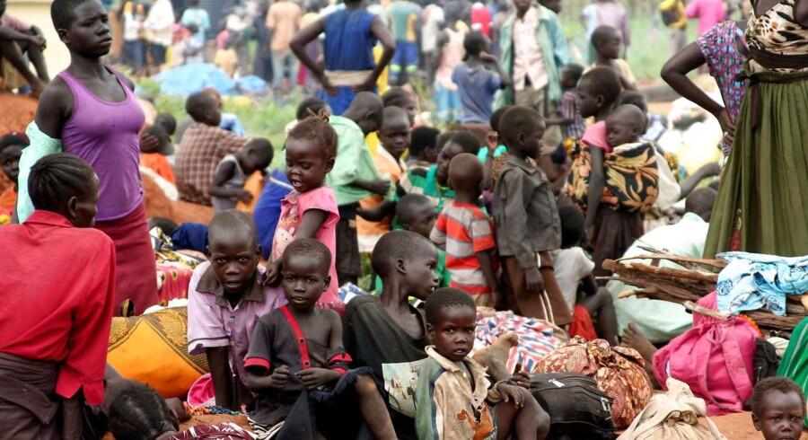 Flygtninge fra Sydsudan venter ved Ngomoromo-grænseposten i det nordlige Uganda 4. april. Foto: Reuters