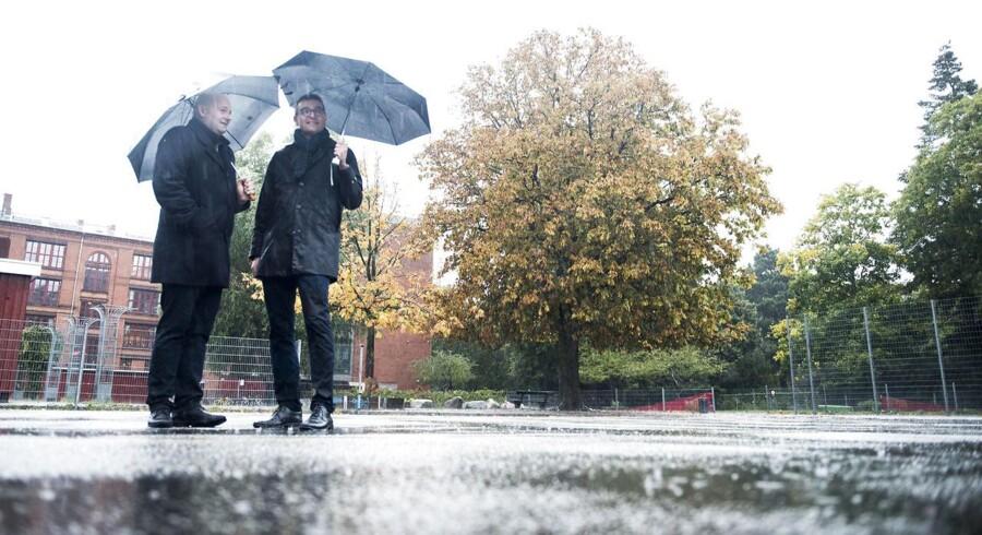 Spidskandidat for de Konservative i København Jakob Næsager er imod, at pladsmangel på kommunens skoler risikerer at betyde, at eleverne fremover skal skiftes til at modtage undervisning udendørs året rundt. Det inviterede han for nylig sin partiformand Søren Pape Poulsen til Nørrebro Park Skole for at høre mere om.