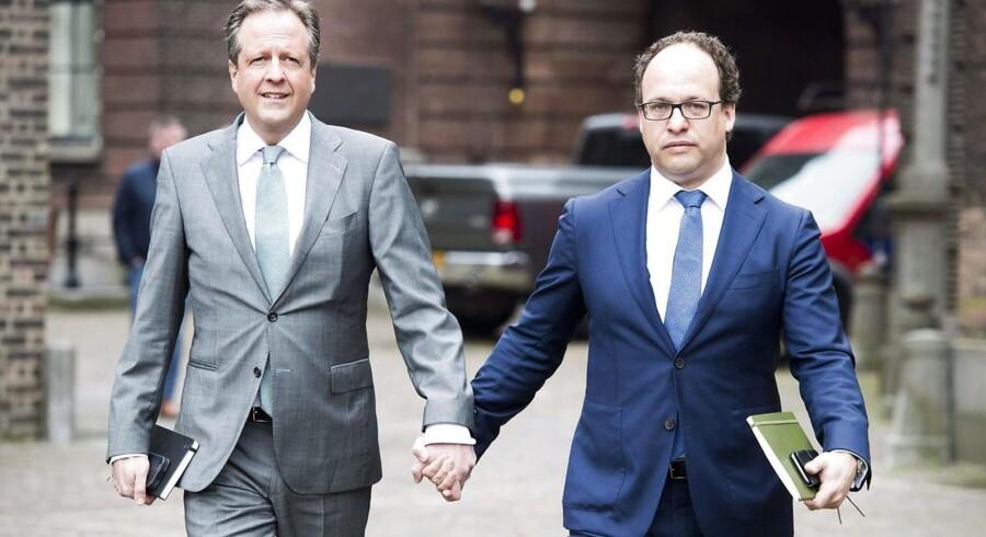 Lederen af »Democrats 66« partiet Alexander Pechtold og partimedlemmet Wouter Koolmees (højre) ankommer til et møde omkring den hollandske regeringsdannelse i Haag.