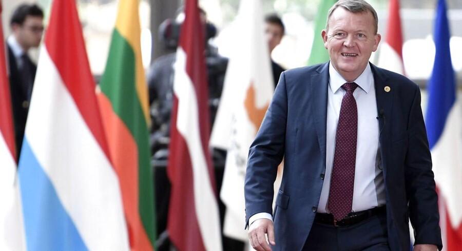 Statsminister Lars Løkke Rasmussen ankommer i godt humør til EU-topmødet i den nye »Europa«-bygning i Bruxelles. / AFP PHOTO / STEPHANE DE SAKUTIN