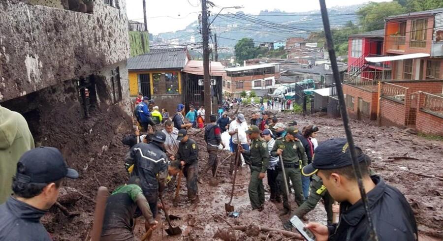 Et jordskred i byen Manizales i Colombia har kostet 16 personer livet, og dødstallet frygtes at stige, oplyser landets myndigheder.