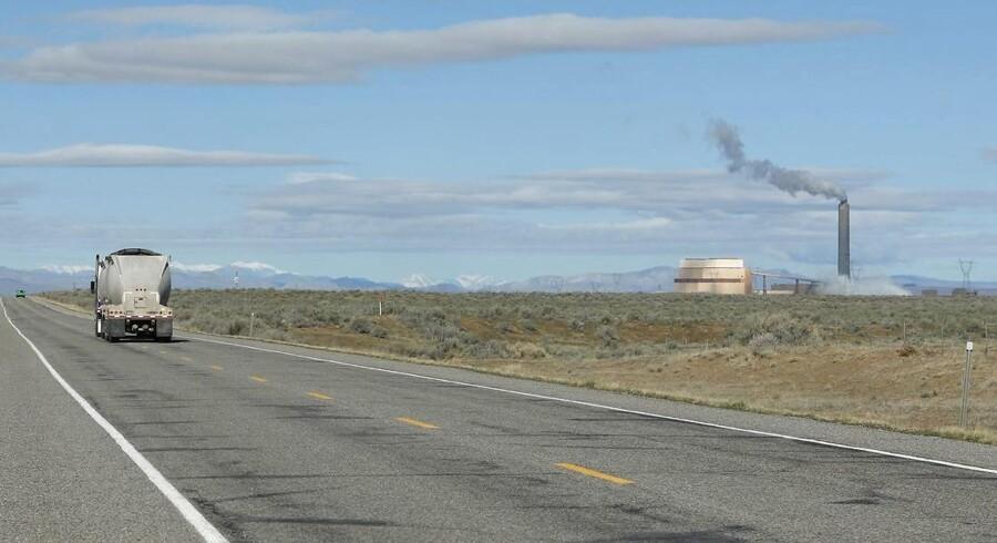 En lastbil med kul kører nye forsyninger op til et kulkraftværk i den amerikanske delstat Utah.