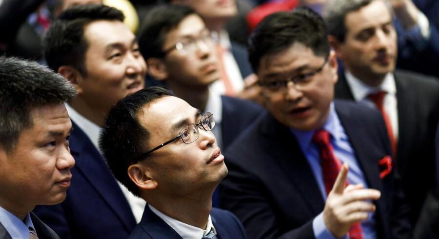 Kineserne har rakt en hånd frem mod USA i forbindelse med et møde i Washington om samhandlen mellem de to lande - og det får investorerne til at drage et lettelses suk.