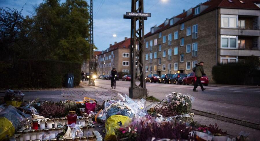 Ikke alene antallet af skyderier på åben gade stiger. Også antallet af kriminelle grupperinger går i vejret, viser en opgørelse fra Rigspolitiet. Billedet her er taget ved sevicekiosken på Emdrupvej, hvor en 21-årig mand tidligere i oktober blev dræbt af skud.