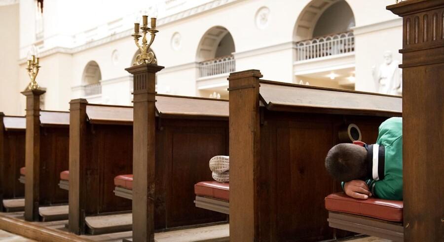 Sidste år kom op mod 40 udenlandske hjemløse dagligt i Vor Frue Kirke i København for at komme på toilet, oplade mobilen eller få en lur. I år er tallet langt mindre.