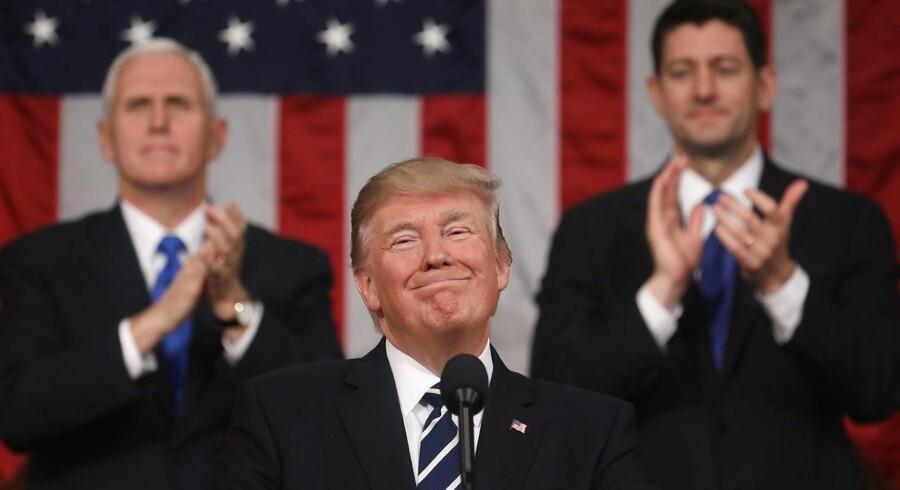 Trump høstede konstant stående ovationer fra republikanske partifæller for sin første tale i kongressen. EPA/JIM LO SCALZO / POOL