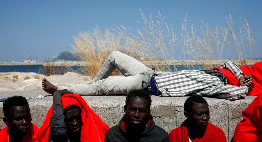 Migranter hviler ud efter ankomst til Algeciras i Spanien.