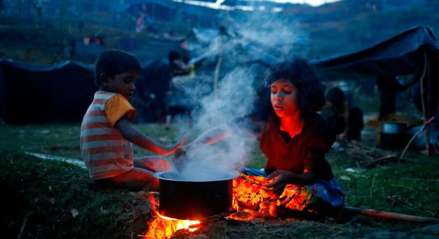 Flygtede rohingyaer mangler desperat hjælp Næsten 300.000 rohingya-muslimer er flygtet fra Rakhine-delstaten i Myanmar over grænsen til Bangladesh, hvor hjælpeorganisationer kæmper for at følge med.