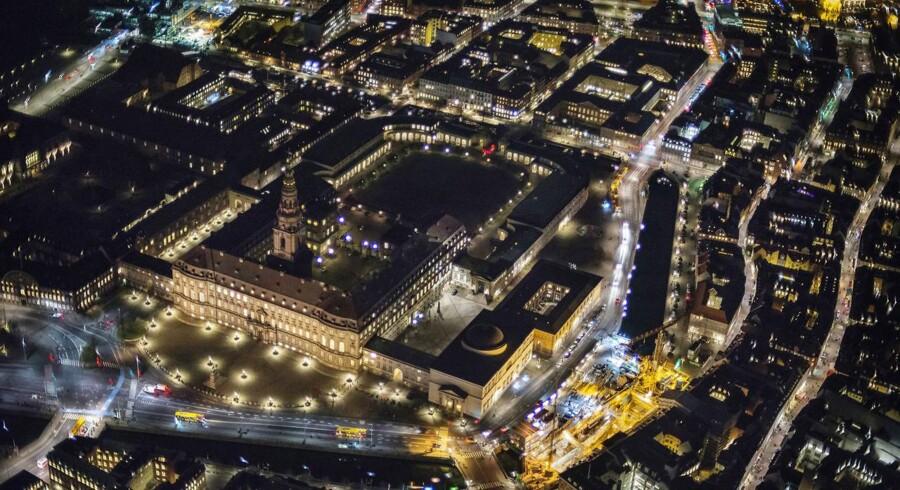 Dansk Folkepartis forslag, om at der skal være færre medlemmer i Folketinget, møder ikke umiddelbart opbakning fra regeringspartiet Venstre. Christiansborg om aftenen set fra luften