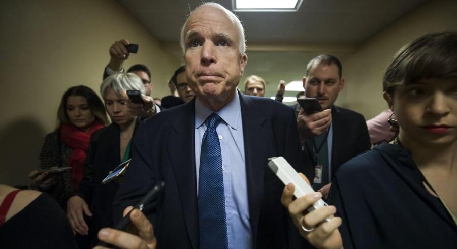 Kelly Sadler skabte furore, da hun på et stabsmøde i Det Hvide Hus sagde, at den kræftsyge John McCains modstand over for Donald Trumps valg af CIA-chef »ikke spiller nogen rolle«, for »han dør alligevel snart«.