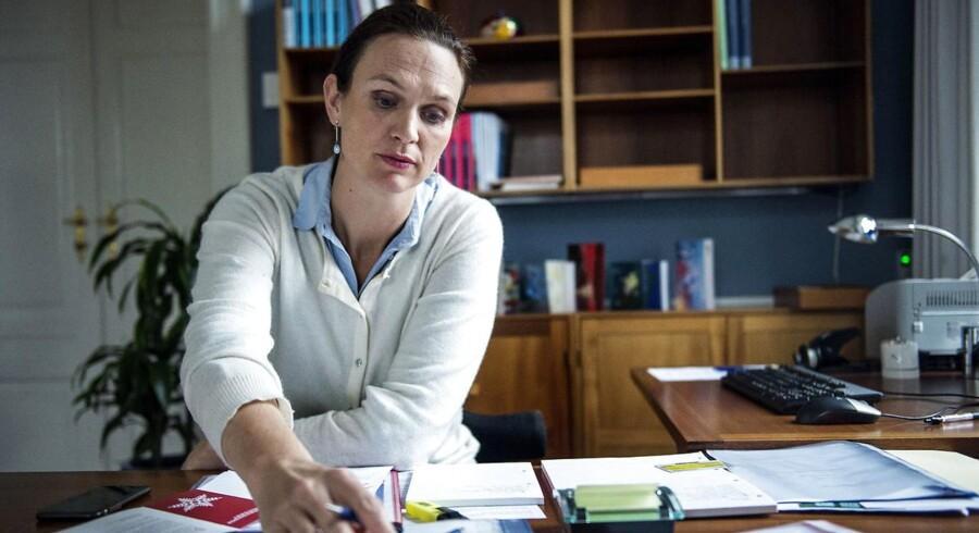 Undervisningsminister Merete Riisager (LA) opfordrer lærerne til at koncentrere sig mere om undervisning. Opfordringen kommer på baggrund af ny evaluering af folkeskolereformen.