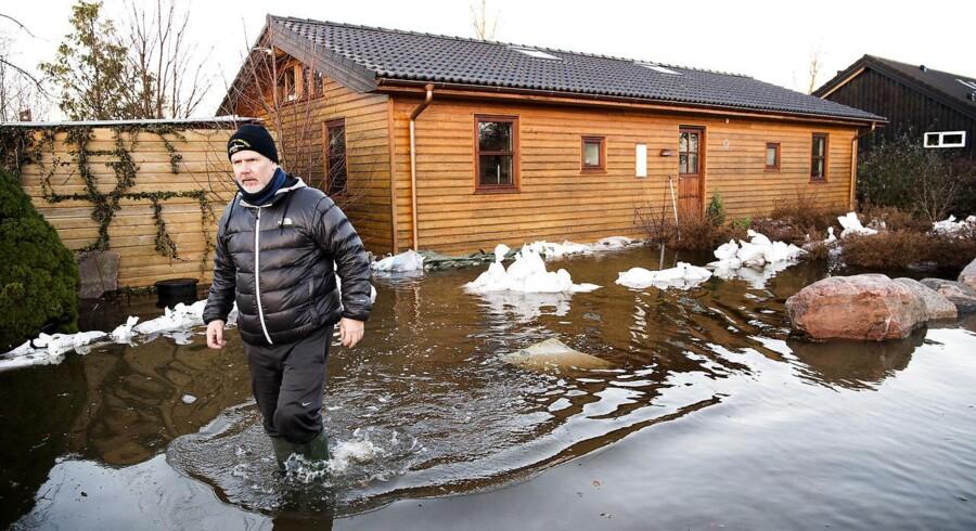Stormen Urd rammer Jyllinge. Husejer ud for sit hus på Lærkevej. Tirsdag den 27. december 2016.