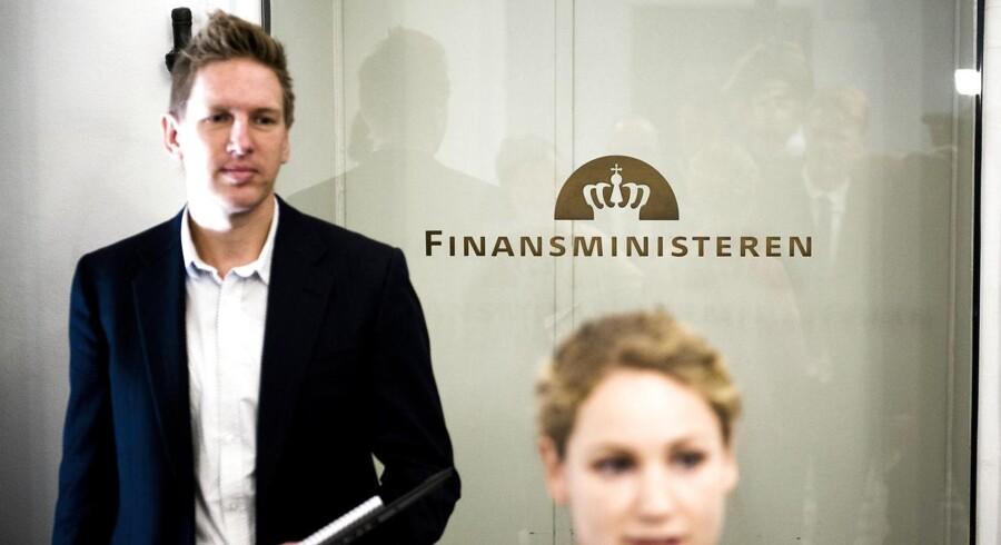 Enhedslistens Pernille Skipper og Rune Lund ankommer til sættemøde i Finansministeriet i efteråret. Det er Rune Lund til venstre. (Arkiv)