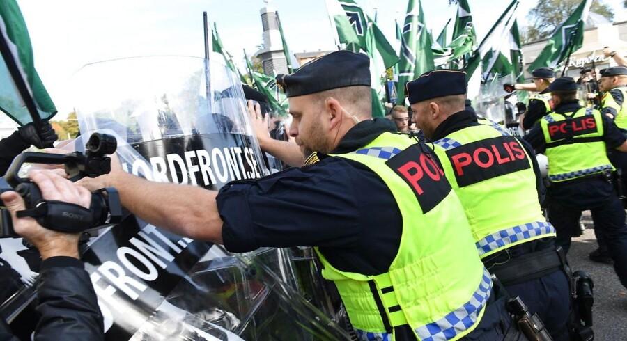 Lørdag var svensk politi mødt talstærkt op til Nordiska Motsåndsrörelsen (NMR) planlagte nynazistiske demonstration.
