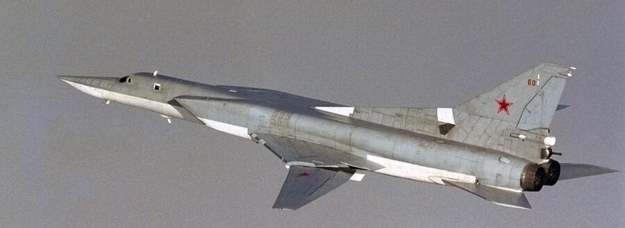 Russiske fly bevæger sig i stigende grad tæt på dansk luftrum og har i et enkelt tilfælde også krænket luften over Danmark. Den russiske aggression gælder også andre europæiske landes luftrum. Det russiske Tupolev Tu-22M-fly er fotograferet af det norske luftvåben i internationalt luftrum ud for Norges kyst. Arkivfoto: Reuters