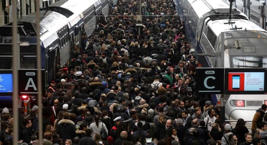 Pendlere klumper sig sammen på Gare de Lyons perroner i Paris i forsøg på at komme hjem. Kun hvert femte regionaltog kørte tirsdag på jernbanearbejdernes første strejkedag. / AFP PHOTO / ludovic MARIN