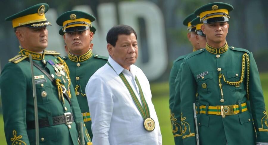 Rodrigo Duterte, præsident i Filippinerne, truer med en »revolutionsregering«, der skal sætte alle statsundergravende elementer i fængsel - uanset om det er CIA eller kommunister. Kritikere frygter at Duterte er ved at undergrave landets demokrati.