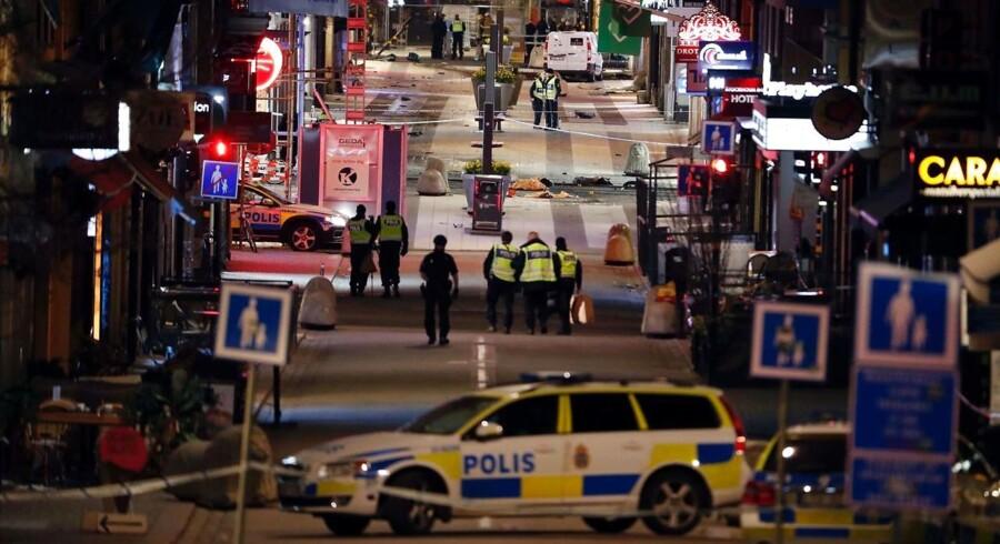 Svensk politi arbejder på det sted, hvor terrorangrebet fandst sted i Stockholm den 7. april 2017.