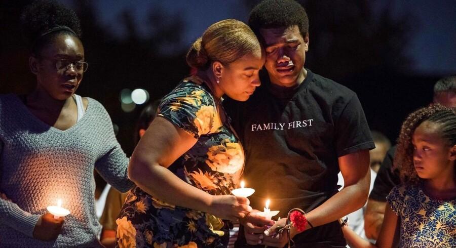 Veronica Hartfield (nummer to fra venstre) er enke efter politibetjenten Charleston Hartfield, her sammen med parrets søn, datter samt Veronica Hartfields søster.