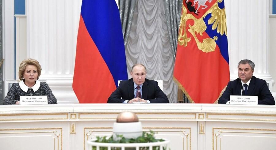 Ruslands føderale forsamlings formand, Valentina Matvienko (tv), har tidligere kaldt det en provokation, når Storbritannien har beskyldt Rusland for angrebet.