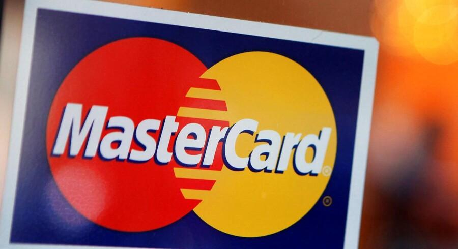 Arkivfoto. Flere og flere svinger deres Mastercard, når de køber ind i butikker og på nettet, og samtidig bliver der brugt flere penge per handel.