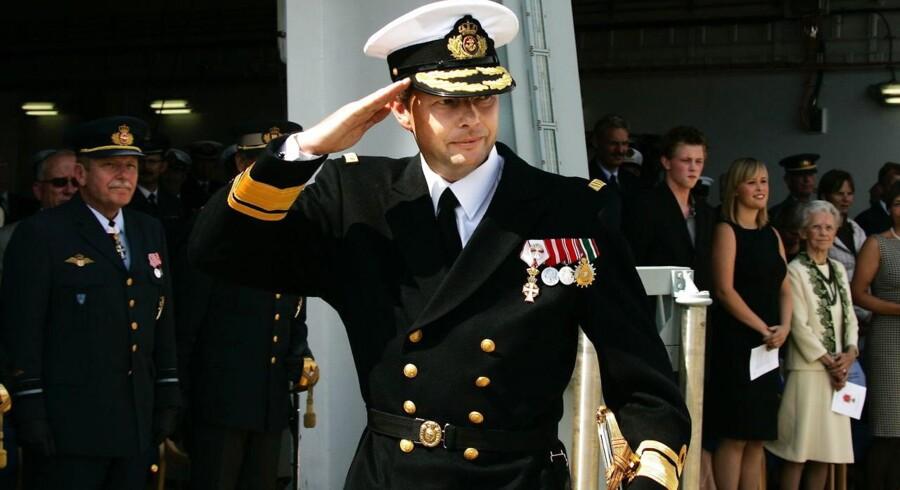 Arkivfoto: Nils Christian Wang modtog i 2005 sin udnævnelse som Kontreadmiral i Søværnets Operate Kommando. Nu mener den garvede officer, at der er lidt for mange af hans slags i forsvaret - altså for mange officerer, og ikke nok menige.