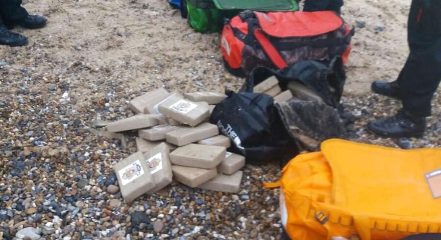 Tasker fyldt med kokain er skyllet i land på to strande i England.