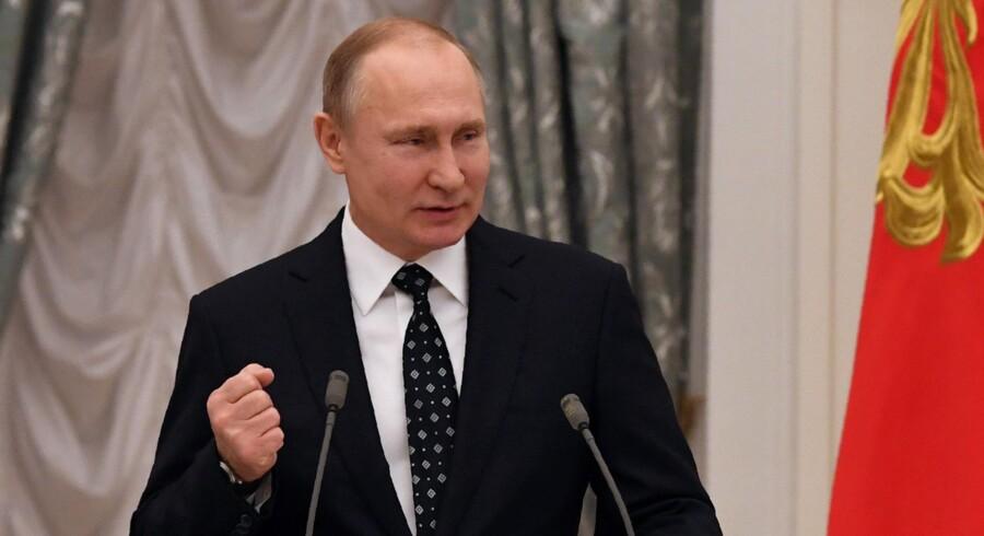 Vladimir Putin og Donald Trump skal mødes i en ikke så fjern fremtid, har de ifølge Trump aftalt tirsdag. Scanpix/Yuri Kadobnov