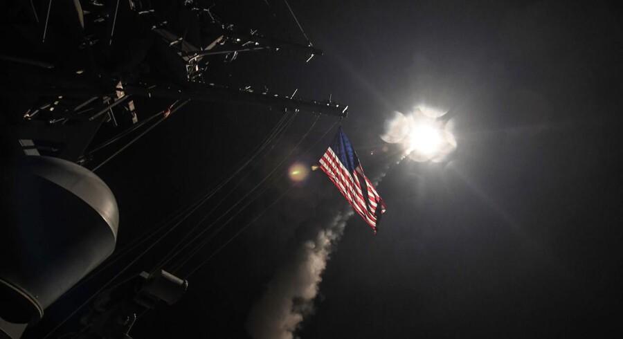 »Vi må tænke bredere end bomber,« siger Ane Halsbroe (S), formand for Folketingets Udenrigsudvalg. I nat affyrede to amerikanske destroyere 59 missiler mod en af det syriske styres luftbaser, som gengæld for det præsident Donald Trump kalder »barbariske, kemiske angreb« mod Bashar al-Assads modstandere.