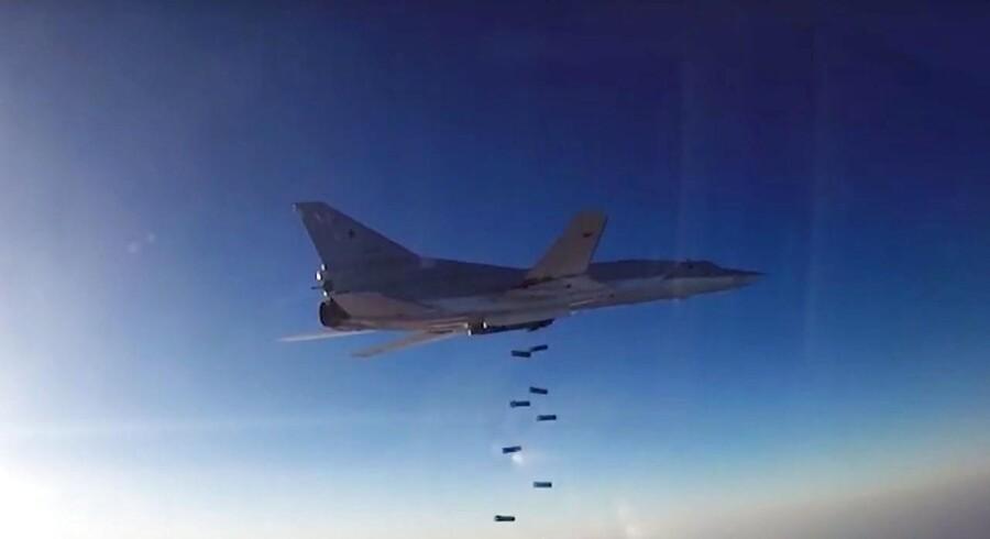 Russiske kampfly bombede færger, som skulle transportere passagerer over flod, siger aktivistgruppe. Arkivfoto. EPA/RUSSIAN DEFENSE MINISTRY