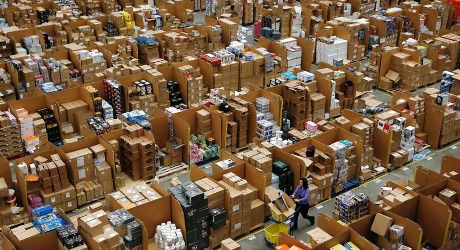 Amazon udvider kraftigt i især Storbritannien. Her et vue ind i Amazons center i Hemel Hempstead nord for London. Arkivfoto: Adrian Dennis, AFP/Scanpix