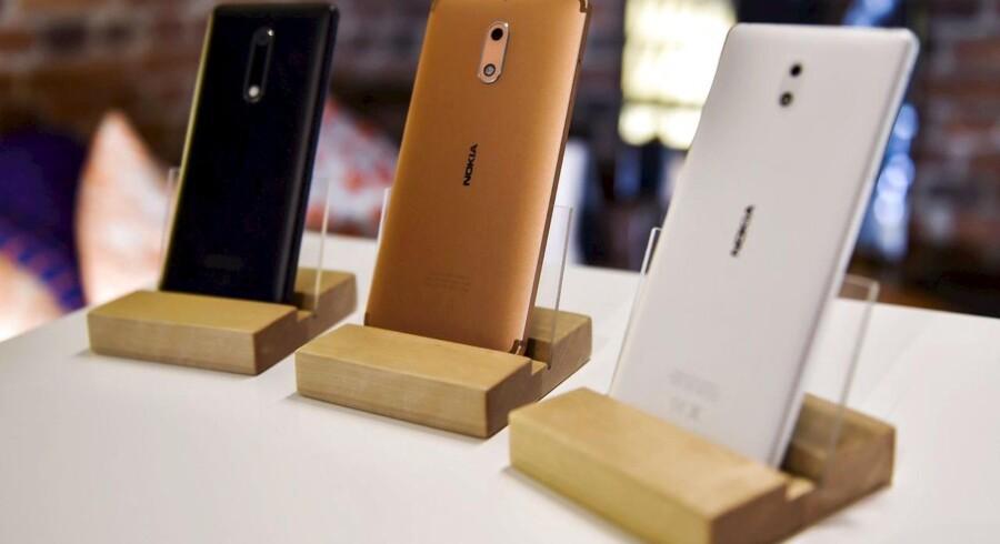 Nokia-telefonerne er tilbage - men det er faktisk ikke Nokia, der står bag. Nokia får derimod penge for at leje sit navn ud, ligesom et klækkeligt Apple-forlig om Nokias patenterede mobilteknologi nu bidrager til et godt regnskab. Arkivfoto: Emmi Korhonen, Lehtikuva/AFP/Scanpix