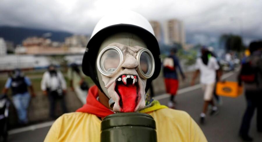 En inflation på himmelflugt, hungersnød og voldsom utilfredshed med præsidenten har ført til voksende protester og dødstal i Venezuela. I hovedstaden Caracas er gaderne fyldt af demonstranter iklædt hjemmelavede gasmasker under kampene mod politiet.