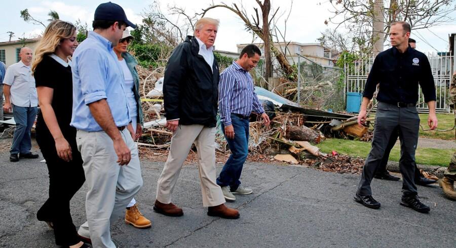 Præsident Donald Trump er i disse dage i Puerto Rico, hvor han tilser ødelæggelserne, efter at orkanen Maria ramte øen i september. Reuters/Jonathan Ernst
