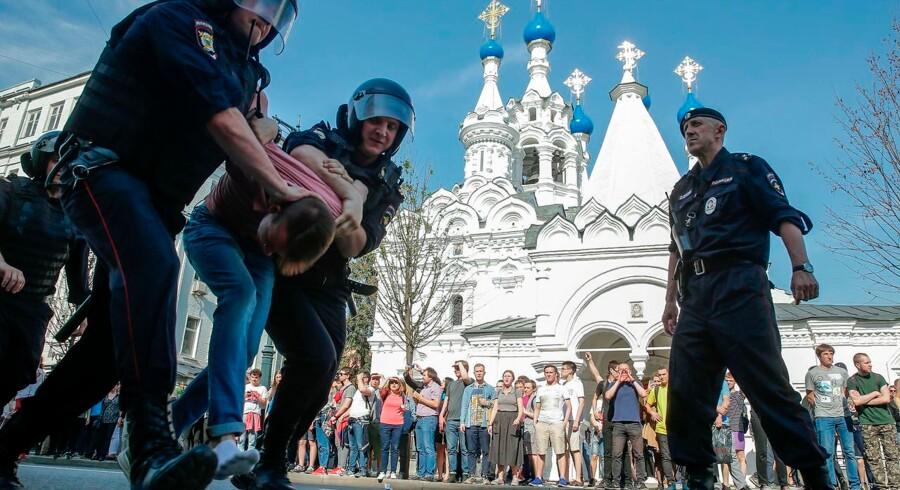 1.600 demonstranter blev lørdag anholdt ved demonstrationer mod Vladimir Putin en i række russiske byer. Det skete forud for en ceremoni mandag, hvor Putin aflægger ed som præsident for fjerde gang.