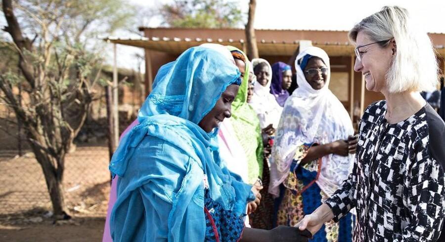 Udviklingsminister Ulla Tørnæs på besøg i Niger, der har verdens største befolkningstilvækst. Kvinderne i landsbyen Hamdalaye får støtte under et projekt drevet af organisationen Care.