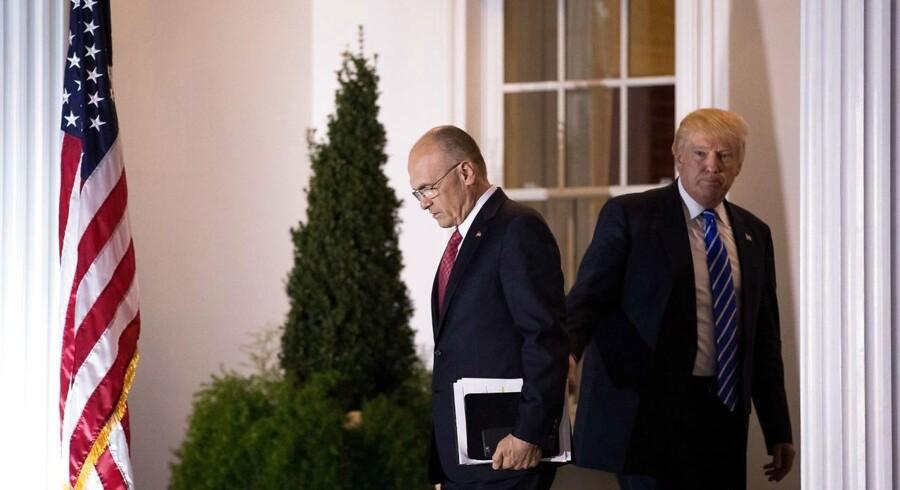 Donald Trump og hans kommende arbejdsminister Andrew Puzder (tv.)