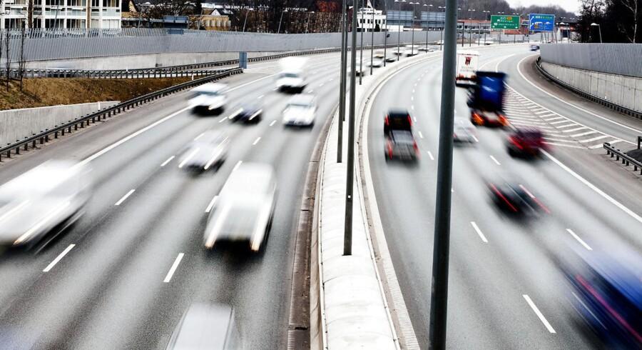 Regeringen vil undersøge, om det på en trafiksikkerhedsmæssig forsvarlig måde er muligt at sætte hastighedsgrænsen op fra 120 eller 130 km/t på nogle motorvejsstrækninger, mens hastighedsgrænsen på nogle landevejsstrækninger skal forhøjes til 90 km/t.