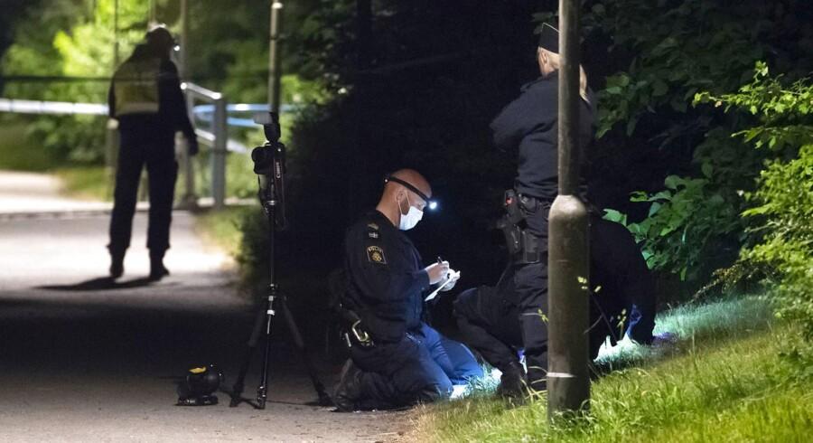 Politi og kriminalteknikere i færd med at sikre spor efter skyderiet ved Kroksbäck i Malmø 28. maj. Ni dage forinden blev en anden ung mand dræbt af skud i området. De seneste års mange skyderier i den sydsvenske by har været spredt ud over byen, men især bydelene Rosengård, Seved og Lindängen har været hårdt ramt.