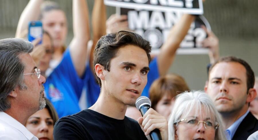 Tre dage efter et blodigt skoleskyderi stod gymnasieeleven frem for at tale for at begrænse adgangen til skydevåben i USA. Nu beskylder konspirationsteoretikere ham for at være en betalt skuespiller.