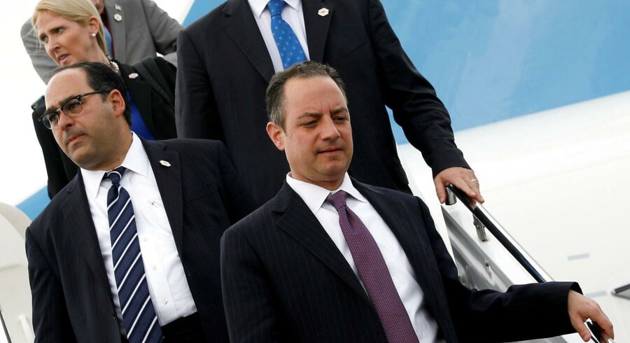 Reince Priebus (til højre) ankommer med Donald Trump på Air Force One i Long Island MacArthur Airport i Ronkonkoma, New York. Men han blev efterladt alene.
