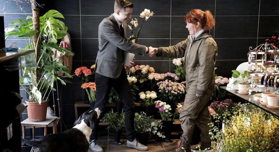 Thomas Jarolics vil bytte sig fra en hårnål til et Rolex. Her bytter han en håndcreme til en orkide i en blomsterbutik på Amager.