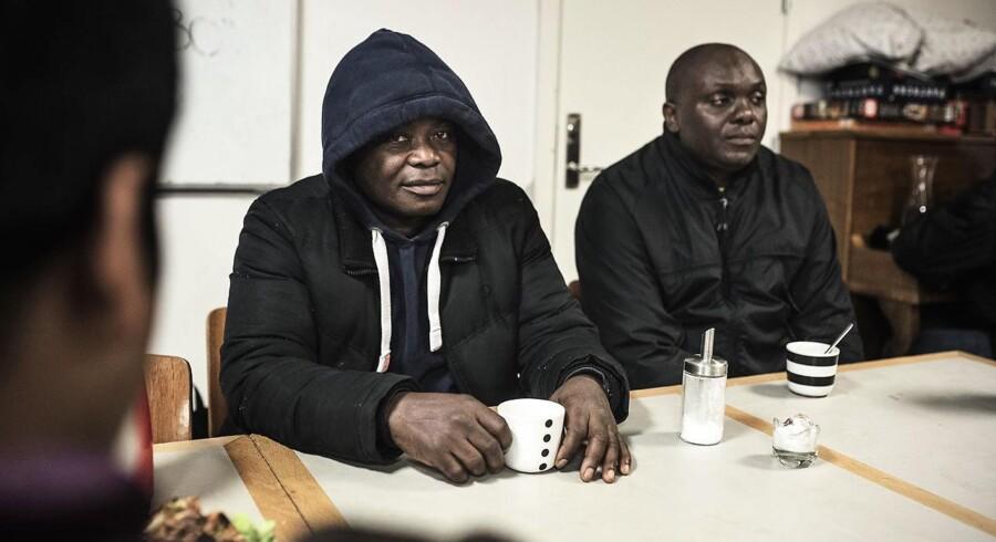 Noboman (til venstre) håber, det snart bliver lettere at finde arbejde i Spanien. Så vil han ikke længere samle flasker i Danmark. Mike (til højre) håber også på bedre tider i Spanien, hvor hans kone og barn bor.